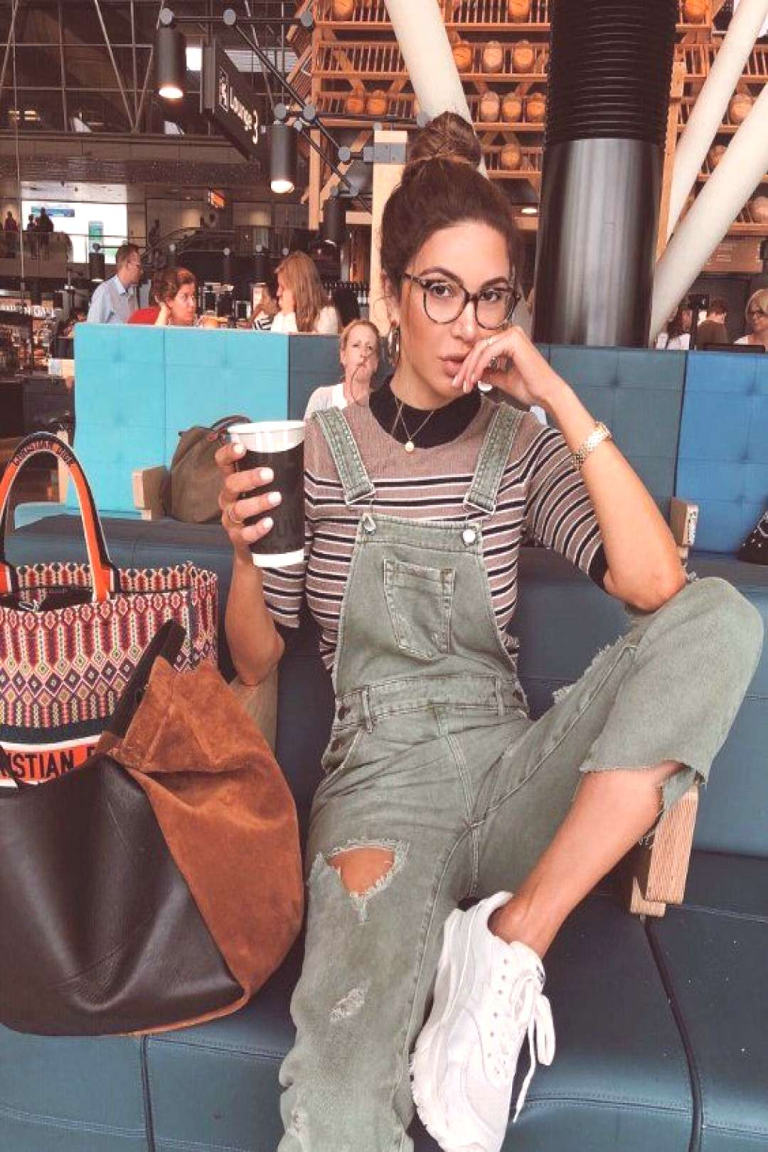 The style blogger is a fan of dungarees, just like us at Zefinka. These green denim distressed ones